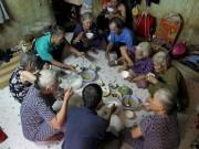 """Tin tức trong ngày - Cuộc sống của """"đại gia đình"""" 37 người bán vé số ở Sài Gòn"""