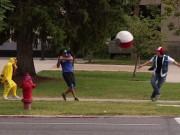 """Video Clip Cười - """"Hỗn loạn"""" cảnh đuổi bắt Pokemon trên phố"""