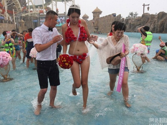 Cô gái TQ mặc bikini hoa hồng được tỏ tình trong mưa