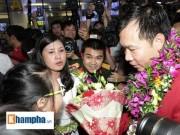 Thể thao - Vợ Hoàng Xuân Vinh bật khóc giây phút gặp lại chồng