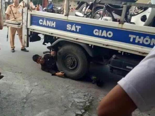 Bị dừng xe, nam thanh niên nằm ôm bánh xe CSGT ăn vạ