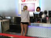 Phi thường - kỳ quặc - Cô gái trẻ đi mua vé máy bay quên mặc quần ở Mỹ