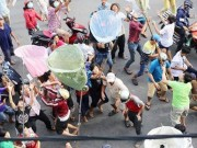 """Tin tức trong ngày - """"Cô hồn sống"""" cướp tiền, giật đồ cúng náo loạn đường phố SG"""