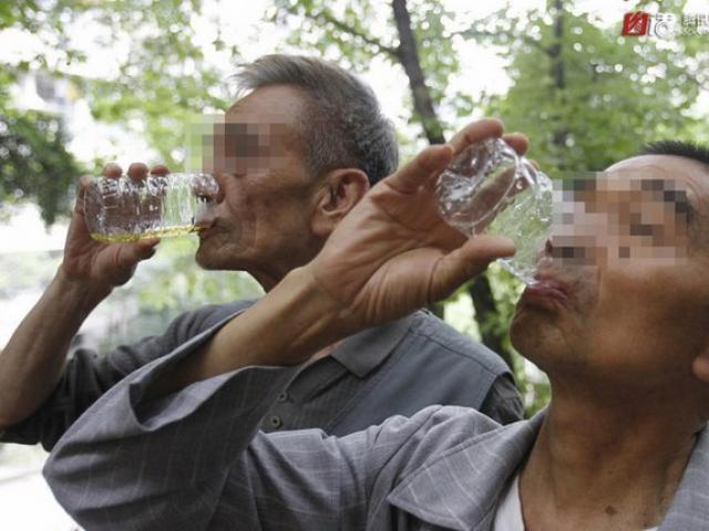 4.000 người TQ uống nước tiểu hằng ngày