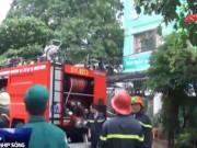 Video An ninh - Ngáo đá chém công an rồi cố thủ đốt nhà