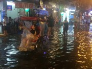 Tin tức trong ngày - HN: Mưa xối xả, khách nước ngoài thích thú dạo trên... phố ngập