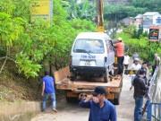 Tin tức trong ngày - Ô tô lao xuống vực, tài xế thoát chết trong gang tấc