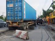 Tin tức trong ngày - Bò khỏi gầm xe container sau khi bị kéo lê nhiều mét