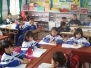 Giáo dục - du học - Hàng trăm phụ huynh mang băng rôn đến trường phản đối học VNEN