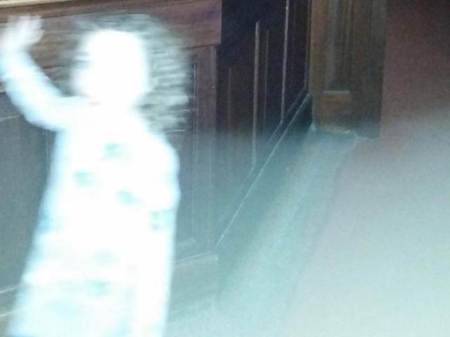 Bóng trắng hình bé gái vẫy tay bị nghi là ma ở Anh