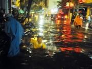 """Tin tức trong ngày - Người Sài Gòn """"uống nước"""" trên đường sau mưa dữ dội"""