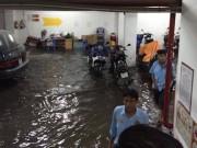 Tin tức trong ngày - TPHCM: Sau mưa lớn, hầm 6 tòa nhà ngập, xe nổi bồng bềnh