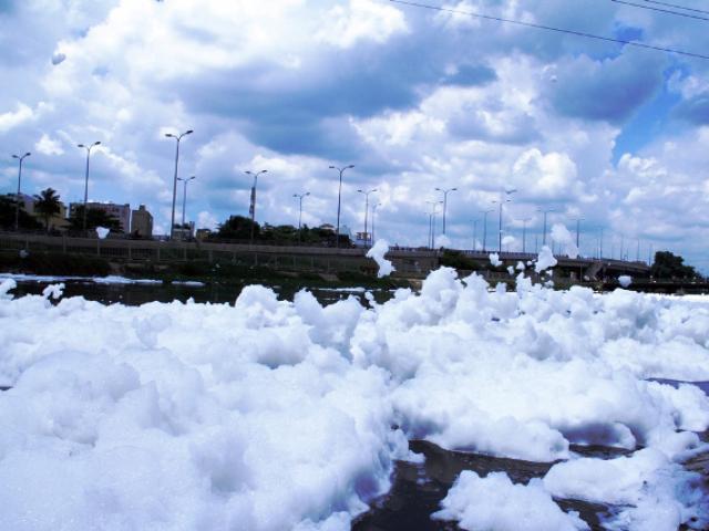 """""""Tuyết"""" xuất hiện trên kênh giữa Sài Gòn"""