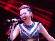 Ca nhạc - MTV - Tóc Tiên vẫn hát, nhảy sung dù bị rách áo trên sân khấu