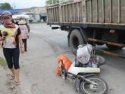 Tin tức trong ngày - Ô tô tải kéo lê xe máy 30m, một phụ nữ tử vong