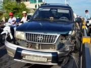 """Tin tức trong ngày - Ô tô nổ lốp suýt lao khỏi cầu, người đi đường """"bạt vía"""""""