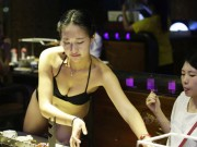 """Bạn trẻ - Cuộc sống - Gái xinh TQ bị """"ném đá"""" vì mặc bikini phục vụ khách"""