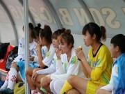 Bóng đá - Cầu thủ nữ gặm bánh mì giữa trận chờ mưa tạnh