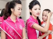 Thời trang - Hoa hậu Mỹ Linh rưng rưng nước mắt khi làm từ thiện