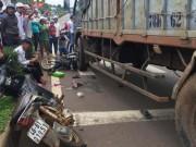 Tin tức trong ngày - Xe tải tông hàng loạt xe dừng đèn đỏ, cán nát chân 1 phụ nữ