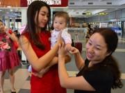 Thời trang - Hoa hậu Mỹ Linh đẹp rạng rỡ trong vòng tay gia đình