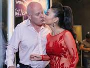 """Vợ chồng ca sĩ Thu Minh tình tứ hôn môi sau  """" bão scandal """""""