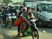 Tin tức trong ngày - Trẻ em mệt nhoài theo cha mẹ trở lại Sài Gòn sau lễ