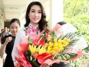 Thời trang - Hoa hậu Mỹ Linh về thăm thầy cô ĐH Ngoại Thương