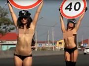 Phi thường - kỳ quặc - Nga: Dùng thiếu nữ ngực trần để giảm tai nạn giao thông