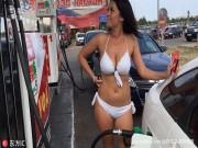 Tư vấn - Thú vị với thử thách mặc đồ bikini đổ xăng miễn phí