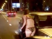 Bạn trẻ - Cuộc sống - Nga: Thiếu nữ mặc đồ lót đứng phố xin tiền mua quần áo