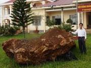 Tin tức trong ngày - Tạm giữ tảng đá quý nặng 20 tấn