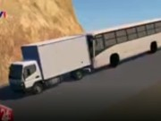 """Tin tức trong ngày - Clip mô phỏng tình huống xe tải """"dìu"""" xe khách đổ đèo"""