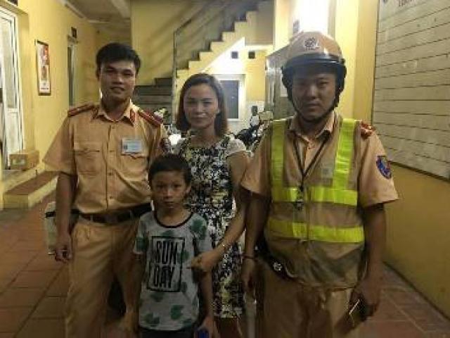 CSGT giúp 1 cháu bé đi lạc ở phố đi bộ tìm lại người thân