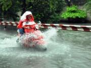 Tin tức trong ngày - Người Sài Gòn rẽ sóng về nhà sau trận mưa như trút nước