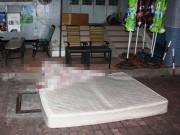 Tin tức trong ngày - Đứng trên lan can tầng 11 dọa tự tử, cô gái rơi xuống đất