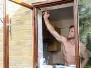 Phi thường - kỳ quặc - Chàng thợ mộc đẹp trai, chuyên khỏa thân sửa nhà ở Anh
