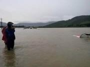 Tin tức trong ngày - Tài xế taxi đạp cửa bơi ra ngoài trong nước lũ
