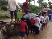 Tin tức trong ngày - Clip: HS đu thành cầu mục nát đến trường sau mưa lớn