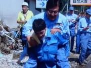 Thế giới - Để cấp dưới cõng qua vũng nước, Thứ trưởng Nhật hối hận
