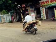 Tin tức trong ngày - Chở xác người bằng xe máy dễ lây lan mầm bệnh