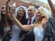 """Thế giới - Putin chụp """"tự sướng"""" cùng cô dâu Nga ở Quảng trường Đỏ"""