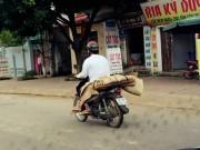 Tin tức trong ngày - Người chở thi thể bằng xe máy là ai?