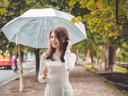 Bạn trẻ - Cuộc sống - Hoa khôi SV Hà Nội khoe sắc bên hàng cây cổ thụ Thủ Lệ