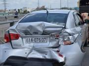 Tin tức trong ngày - Cả gia đình trong ô tô hoảng loạn khi bị xe khách tông