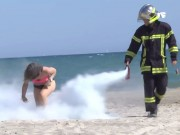 Video Clip Cười - Clip: Đừng dại dột hút thuốc trước mặt lính cứu hỏa