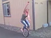 Video Clip Cười - Clip hài: Tránh ra để chị em chúng tôi thể hiện