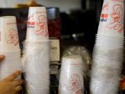 Quốc gia đầu tiên cấm cốc và đĩa nhựa dùng một lần