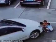 Thế giới - Video: 3 em nhỏ TQ bị ô tô chẹt ngang người vẫn sống sót