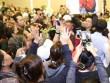 Ca sĩ Nhật Hào bị móc iPhone trong đám tang Minh Thuận
